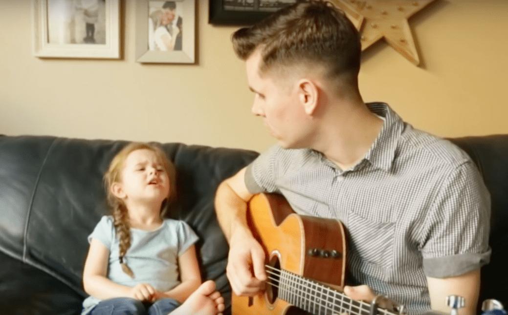 Dit 4-jarige meisje laat iedereen smelten als ze begint te zingen