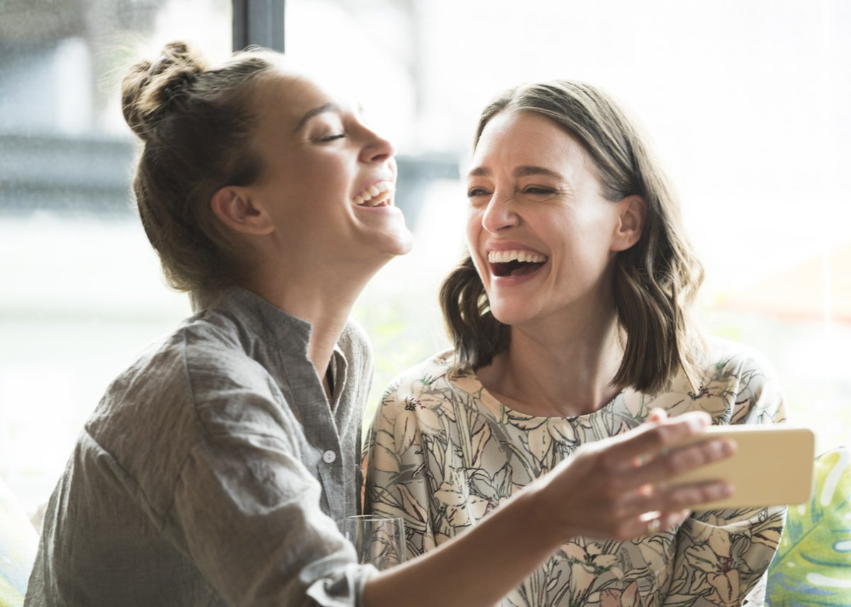 Waarom we moeten stoppen met meelachen om vrouwonvriendelijke grapjes op kantoor